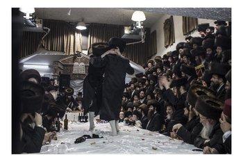 Hassidic community  celebrate Purim Tisch in Bney Brak Pavel Wolberg Photographie