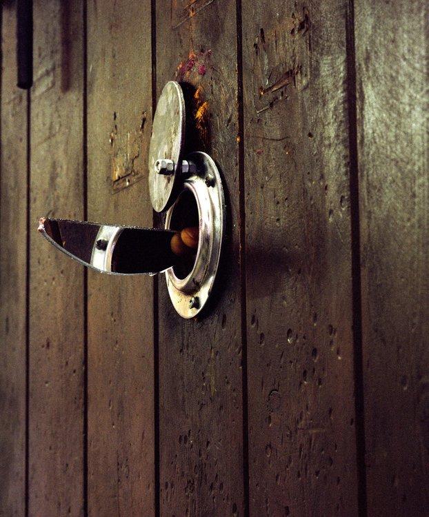 porte de cellule avec oeilleton prison saint michel de toulouse 2003 de dominique delpoux 2003. Black Bedroom Furniture Sets. Home Design Ideas